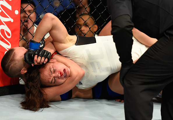 R. Namajunas encaixa mata-leão em M. Waterson (de branco) (Foto: Josh Hedges/UFC)