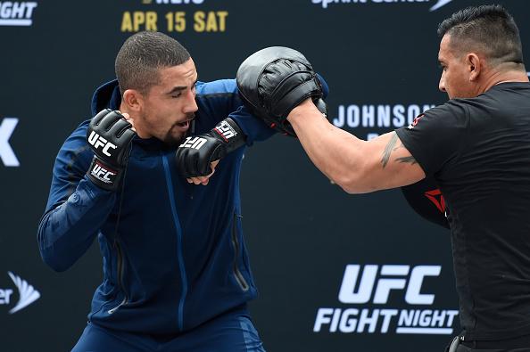 R. Whittaker (esq) treina cotoveladas para R. Jacaré (Foto: Josh Hedges/UFC)