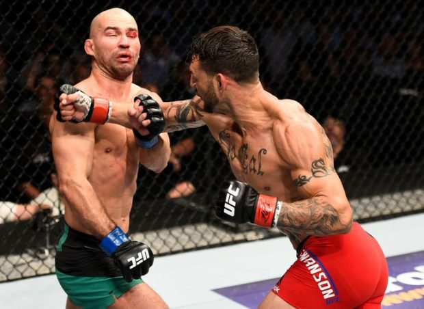 Swanson (dir.) bateu Lobov (esq.) no UFC Nashville. Foto: Jeff Bottari