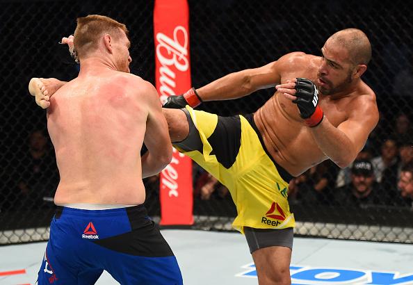 T. Leites (dir) venceu S. Alvey (esq) utilizando chutes (Foto: Jeff Bottari/UFC)