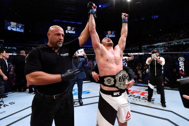 S. Miocic segue como campeão do mundo (Foto: Facebook/UFC)