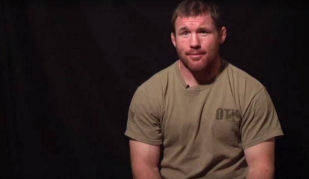 Hughes tem recuperação rápida (Foto: Reprodução/Youtube UFC)