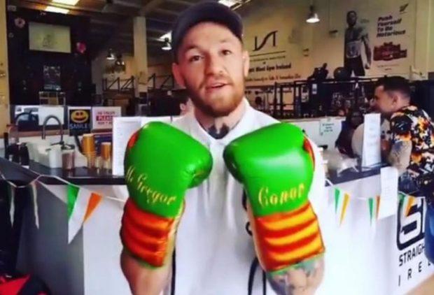 McGregor exibe as luvas para confronto com Floyd (Foto: Reprodução/Instagram/thenotoriousmma)