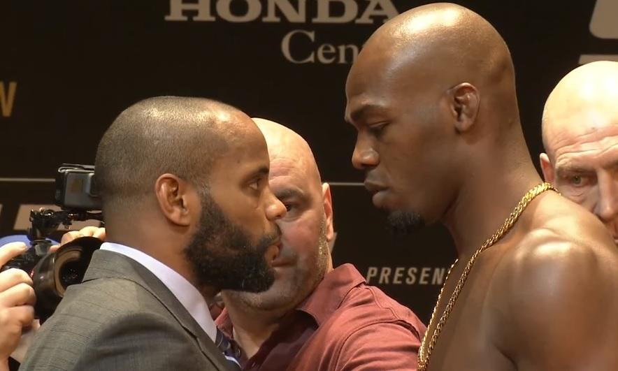 D. Cormier (esq.) pega J. Jones (dir.) no UFC 214. Foto: Reprodução Youtube UFC