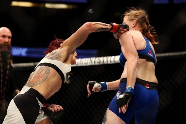 Cyborg nocauteou Evinger no R3 (Foto: Reprodução/ Facebook UFC)