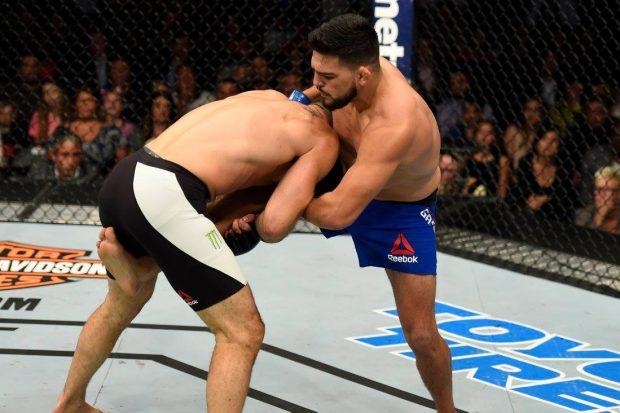 K. Gastelum (dir) teve dificuldades com Weidman (Foto: Reprodução Facebook UFC)