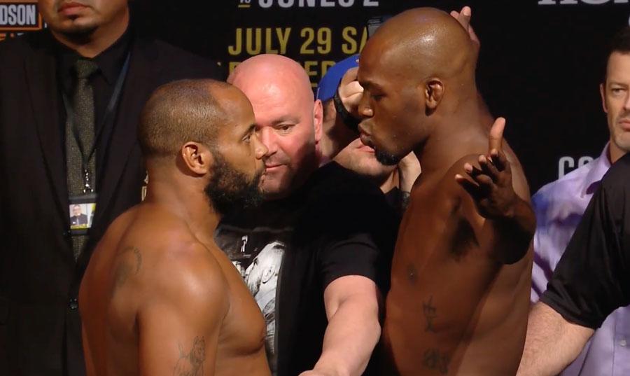 Jones (dir.) manda beijo para Cormier (esq.) na pesagem do UFC 214. Foto: Reprodução / Youtube