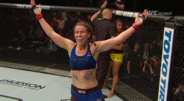 Smith comemora vitória sobre Amanda (Foto: Reprodução/Twitter MieshaTate)