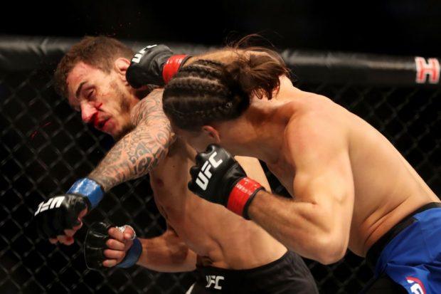 Ortega (esq.) finalizou Moicano (dir.) no UFC 214. Foto: Reprodução / Twitter / UFC