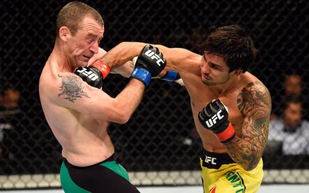 Pantoja (dir) bateu Seery (esq) no card preliminar (Foto: Reprodução/Twitter UFC)