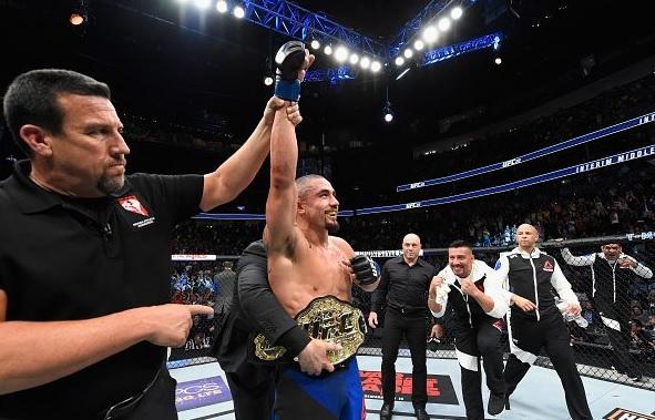 R. Whittaker é o novo campeão (Foto: Reprodução/Twitter/UFC_Brasil)