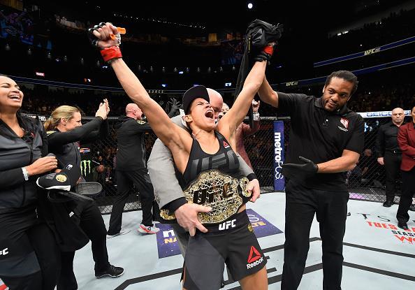 Amanda tem o cinturão dos galos (Foto: Reprodução/Facebook UFC)