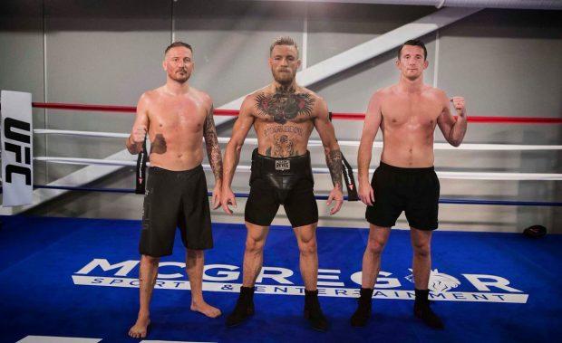 Roddy (dir) com McGregor (centro) (Foto: Reprodução Twitter coach_kavanagh)