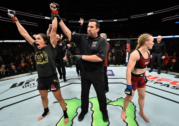 A. Nunes (esq) superou V. Shevchenko (dir) de novo (Foto: Reprodução Twitter UFCNews)