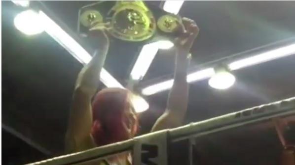Cyborg desfilou com um cinturão nas mãos (Foto: Reprodução/Instagram CrisCyborg)