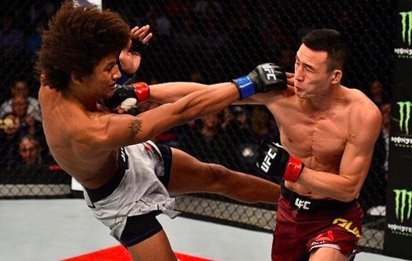 Guan (dir) bateu Caceres (esq) em sua estreia no UFC (Foto:Reprodução/Instagram UFCBrasil)