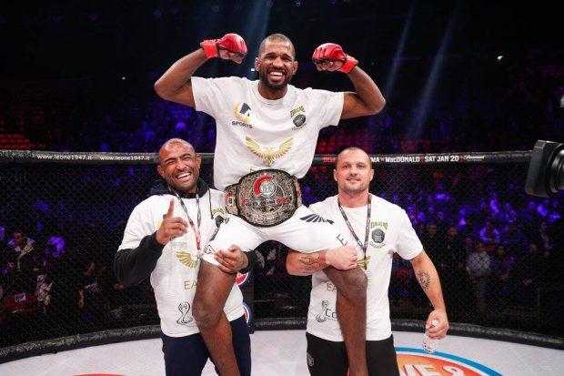 R. Carvalho é campeão desde 2015 (Foto: Reprodução Facebook Bellator MMA)