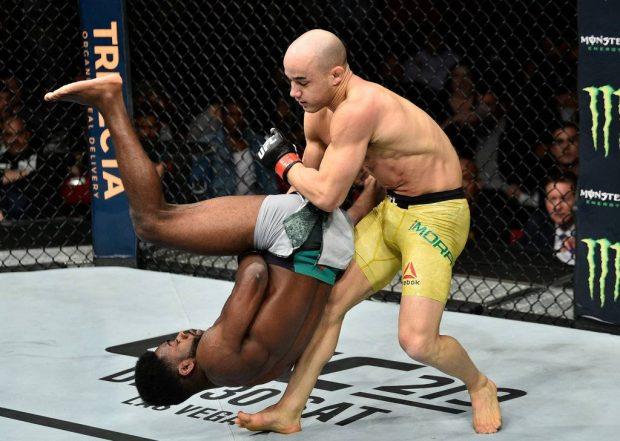 Marlon (esq) nocauteou Sterling (Foto: Reprodução Facebook UFC)