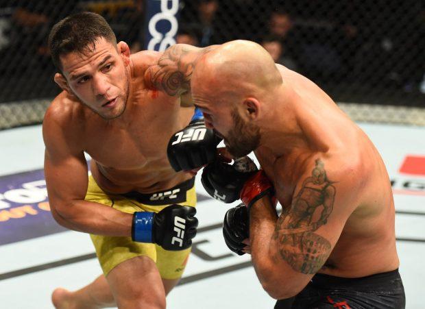 Dos Anjos (esq) dominou no UFC Winnipeg (Foto: Reprodução Twitter ufc)