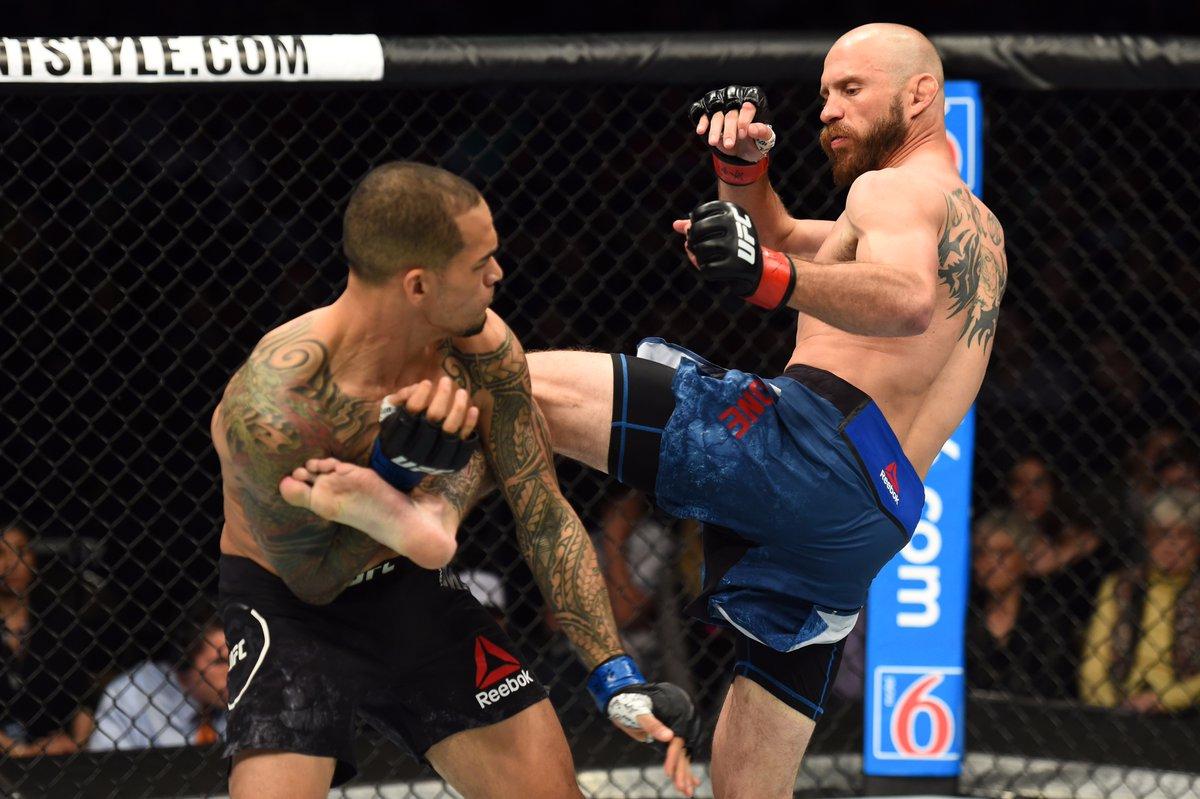 Cerrone (dir.) bateu Medeiros na luta principal. Foto: Reprodução / Twitter / UFC