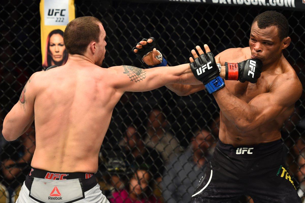 Vick (esq.) usou envergadura para vencer Massara. Foto: Reprodução / Twitter / UFC Brasil