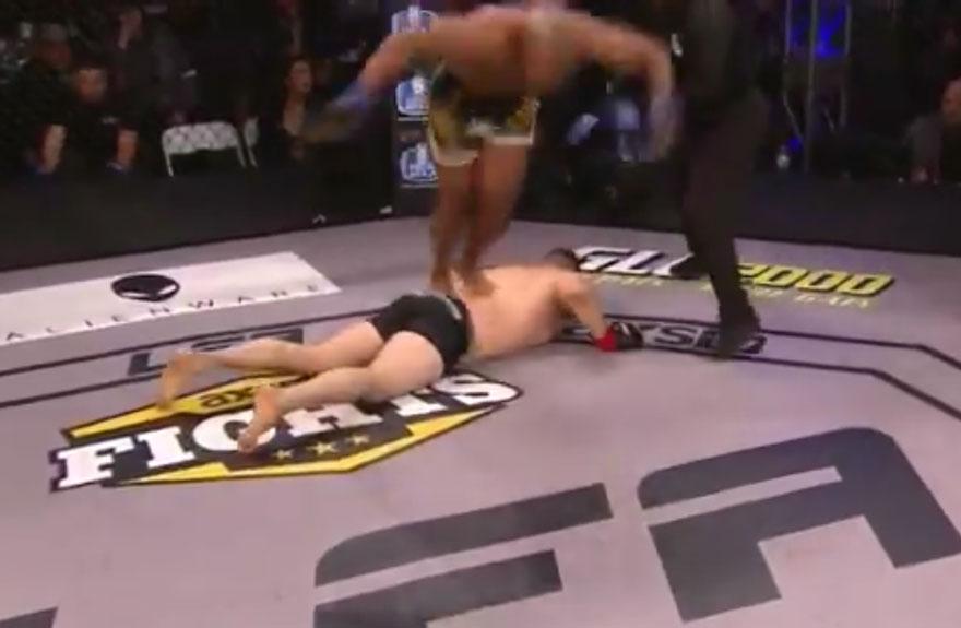 Drew Chatman se desculpa por pisar no rival no chão. Foto: Reprodução / Twitter