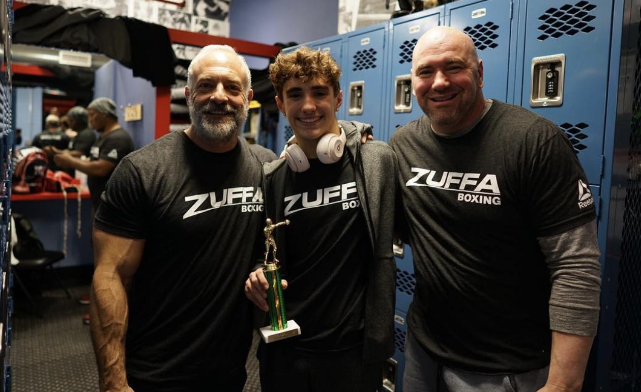 Aidan (c) ao lado do pai Dana (dir.) e Lorenzo Fertitta (esq.). Foto: Twitter/ @danawhite