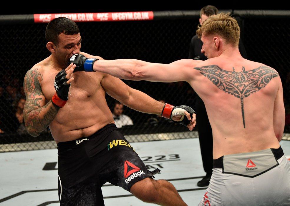 Werdum (esq.) culpa falta de paciência por derrota para Volkov (dir.) no UFC Londres. Foto: Reprodução / Facebook @ufc