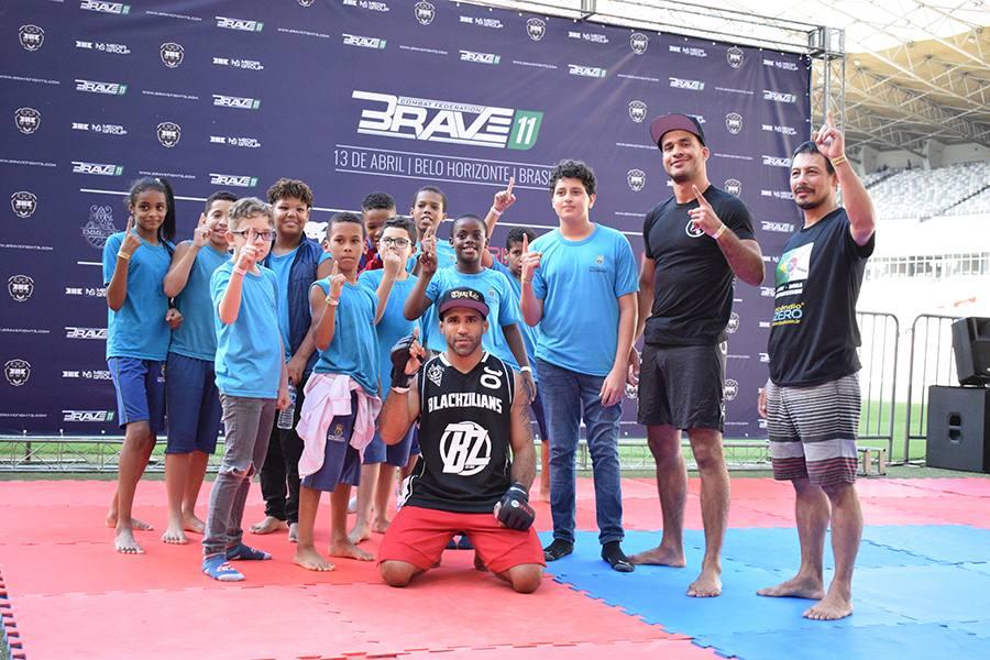Atletas do Brave em ação para projeto social em BH. Foto: Divulgação