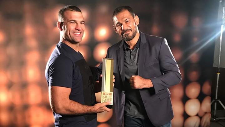 O embaixador do UFC no Brasil, R. Minotauro entregou o troféu para M. Shogun. (Foto: Reprodução/ Instagram Maurício Shogun)