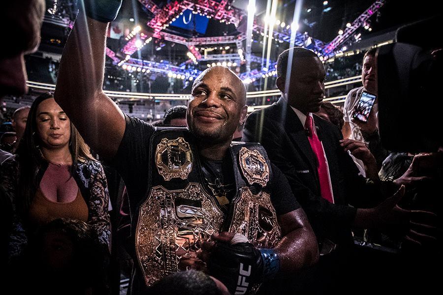 D. Cormier (foto) deve lutar pelos dois cinturões dos meio-pesados e pesados até o fim de sua carreira em 2019. Foto: Reprodução/Facebook UFC