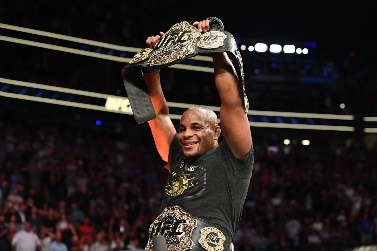 D. Cormier (foto) encaixou um cruzado de direita no queixo de S. Miocic e conquistou o cinturão peso pesado. Foto: Reprodução/Instagram UFC