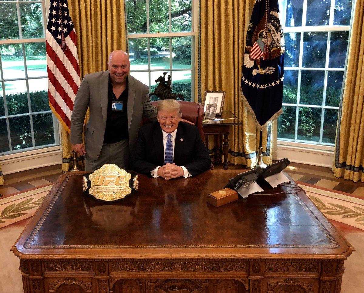 D. White (esq.) visitou D. Trump (dir.) no dia 01 de agosto. Foto: Reprodução/Twitter Dan Scavino Jr.