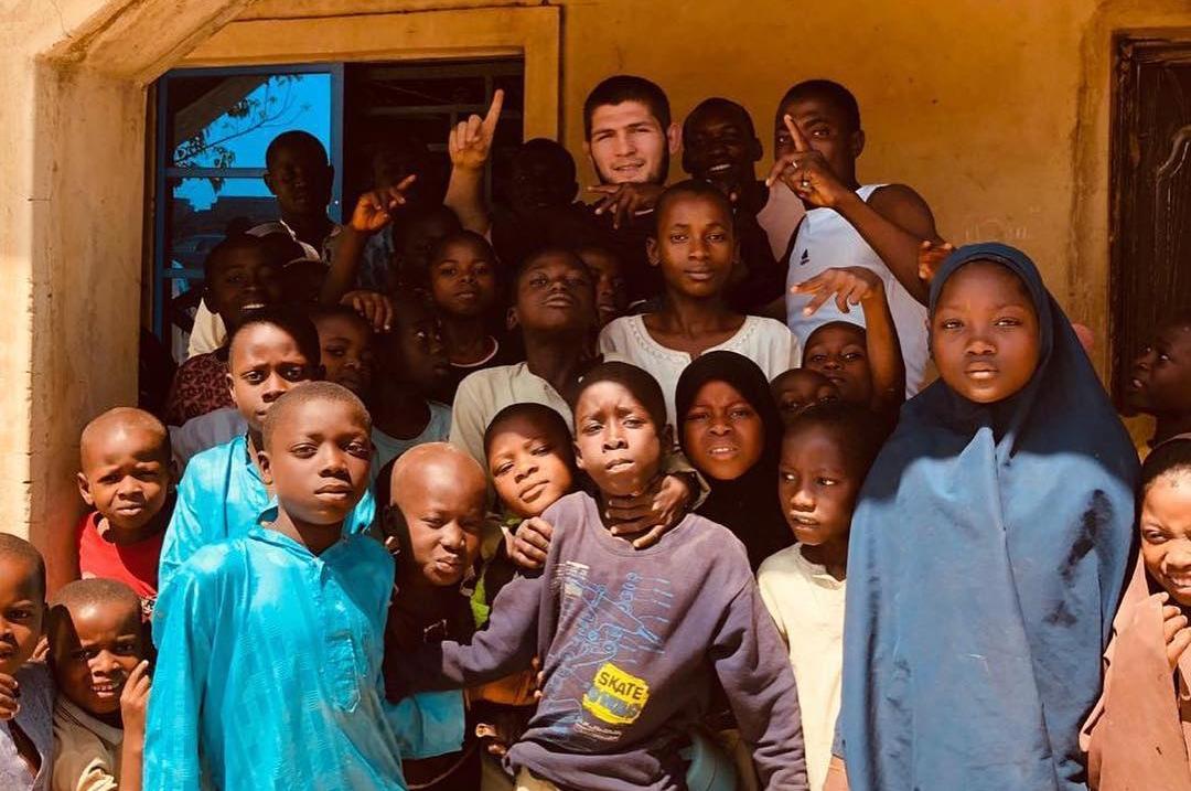 K. Nurmagomedov está na África ajudando a comunidade de Abuja. Foto: Reprodução/Instagram @arielhelwani