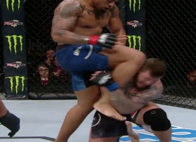 Hardy aplica joelhada ilegal no UFC Brooklyn. Foto: Reprodução / ESPN