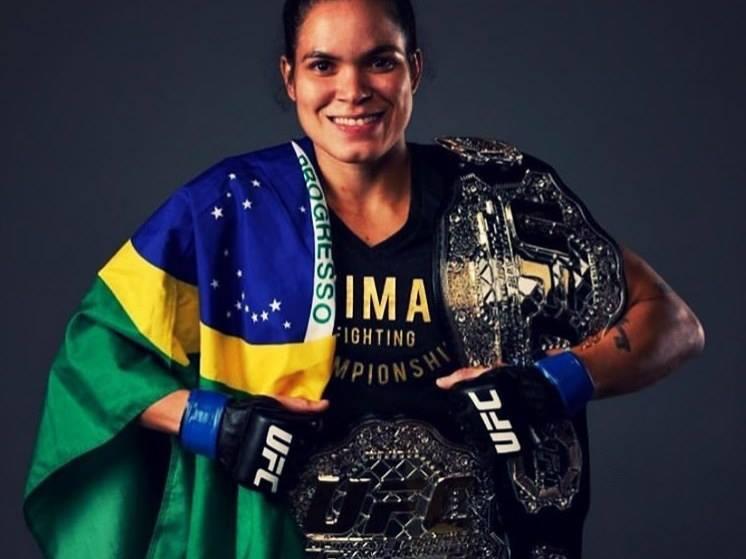 A. Nunes ostenta cinturões do UFC. Foto: Reprodução/Instagram @amanda_leoa