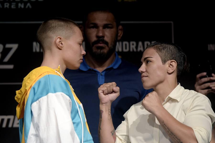 R. Namajunas (esq.) encara J. Bate-Estaca (dir.) no UFC 237. Foto: Alexandre Loureiro / UFC