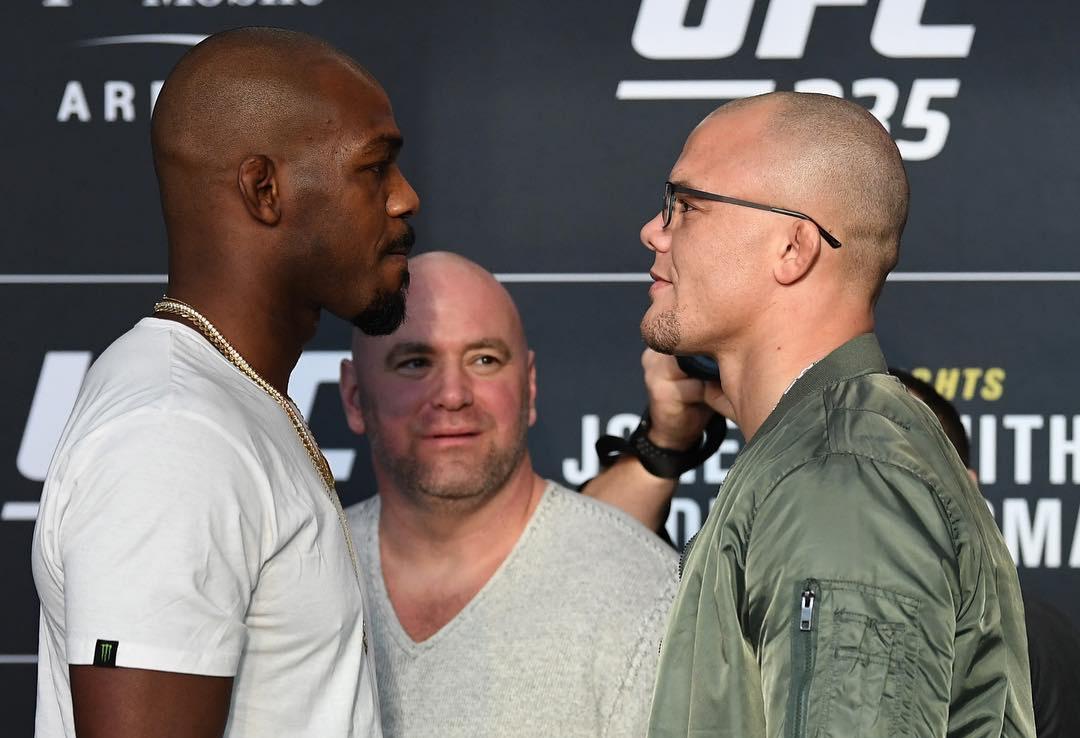 J. Jones (esq.) e A. Smith (dir.) disputam o título dos meio-pesados. Foto: Reprodução/Instagram @ufc