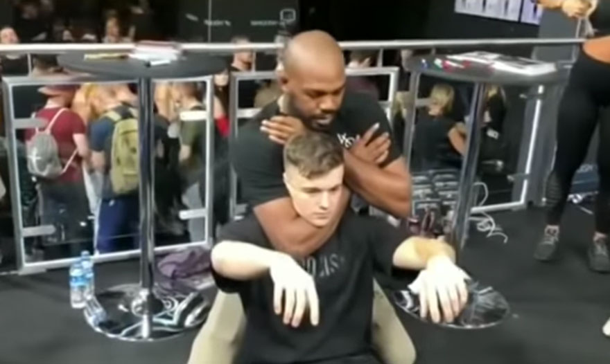 Jones 'finalizou' fã na Alemanha. Foto: Reprodução / YouTube