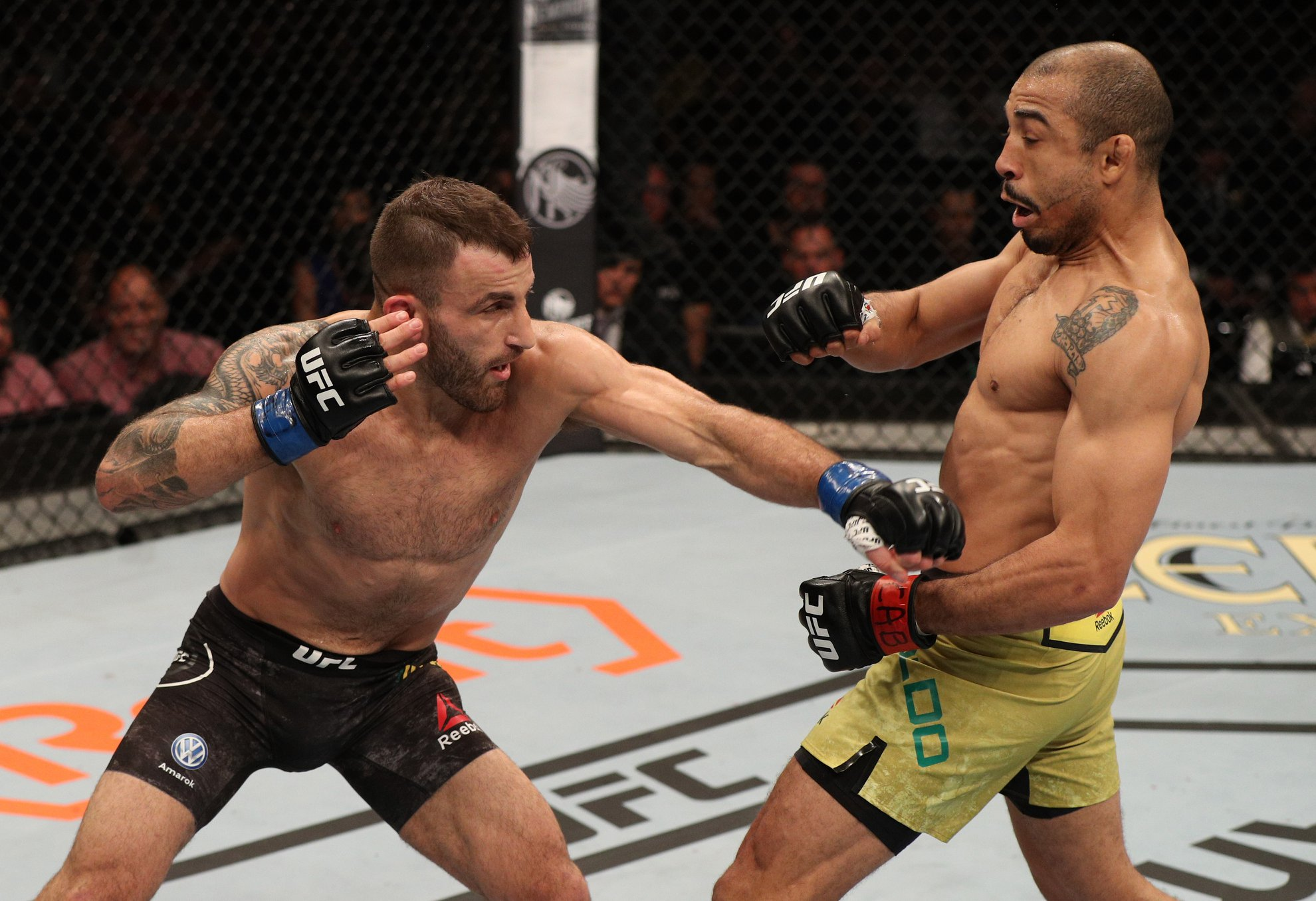 A. Volkanovski (esq.) vence J. Aldo (dir.) no UFC 237. Foto: Reprodução / Facebook @ufc