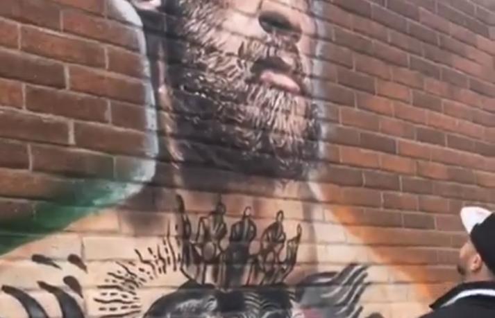 P. Malignaggi cospe em em muro contendo imagem de C. McGregor. Foto: Reprodução/Instagram paulmalignaggi