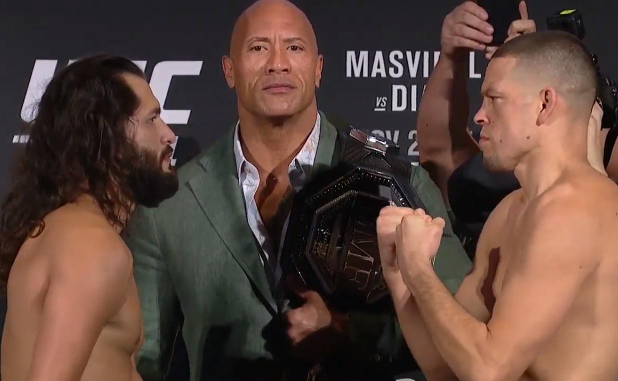 J. Masvidal (esq.) encara N. Diaz (dir.) na presença de The Rock. Foto: Reprodução/YouTube UFC